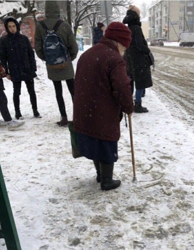 Lepo mi je kad vidim baku da crta srce u snegu